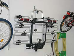 Compacte wandhouder voor fietsen, trekhaakfietsen dragers en overig materiaal.